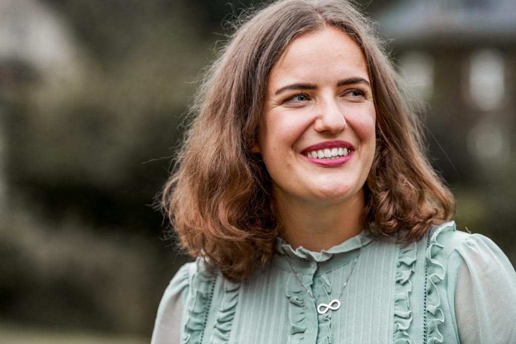 Freie Rednerin Frederike Besa im Porträt |Unser Trauredner Team von RedeKunstWerk