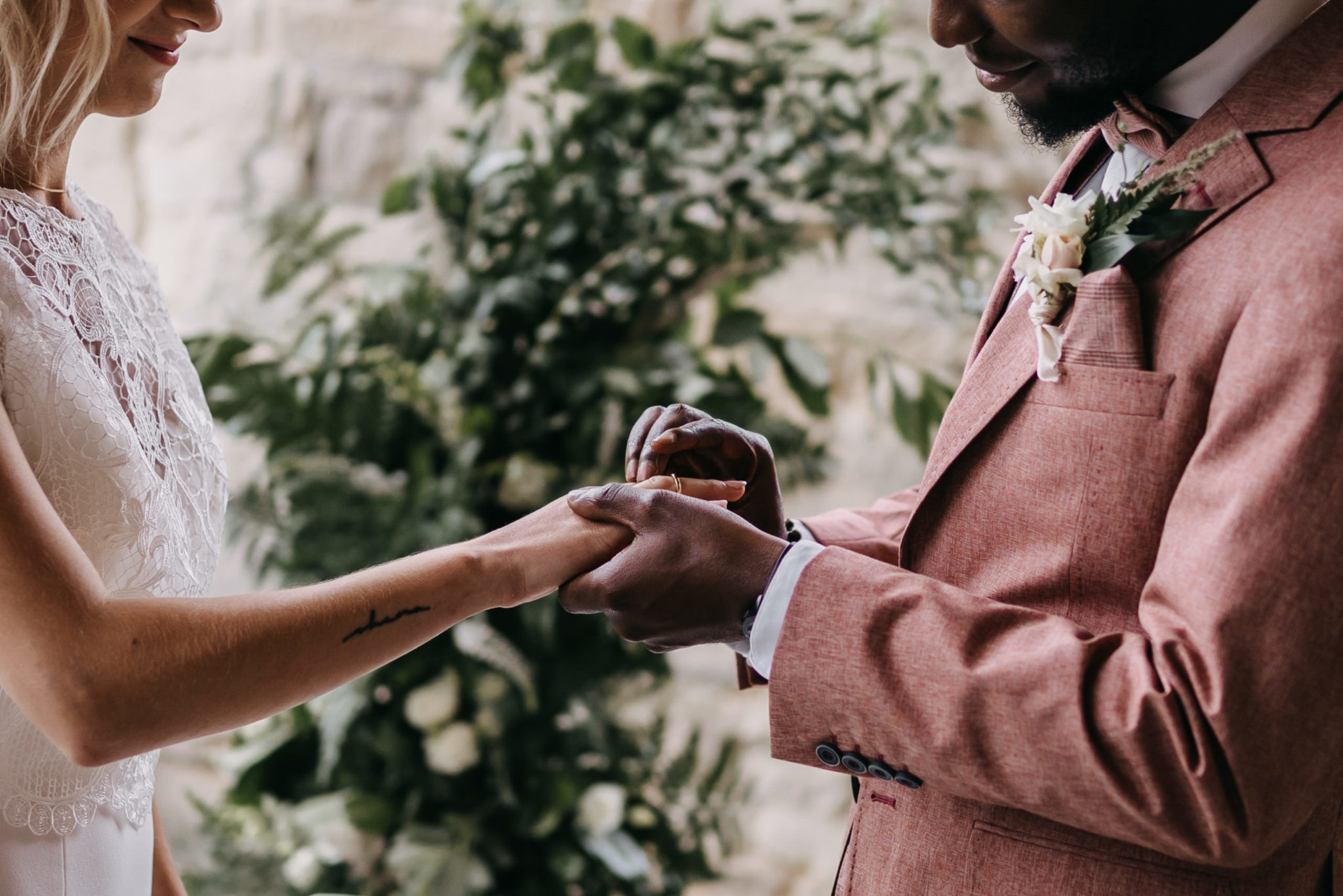 Bräutigam steckt seiner Braut den Ehering an |Anspruch an die Ausbildung Freie Redner