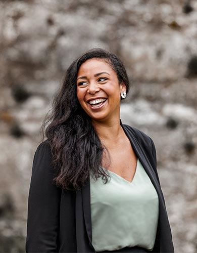 Freie Rednerin Anna-Laura Henning im Porträt |Unser Trauredner Team von RedeKunstWerk