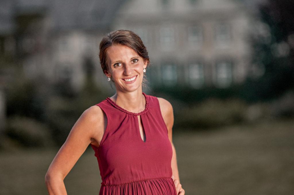 Freie Rednerin Sabrina Henne im Porträt |Unser Trauredner Team von RedeKunstWerk