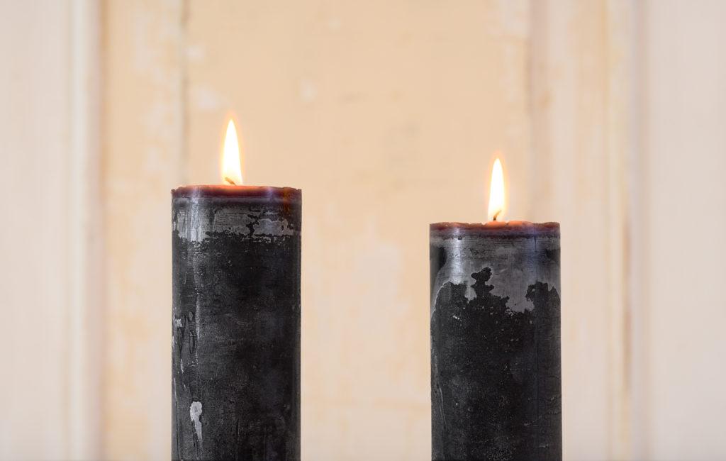 Schwarze Kerzen stellvertretend für die Trauer um einen geliebten Menschen |RedeKunstWerk Die Ausbildung für Freie Redner